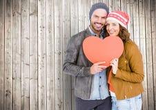 Πορτρέτο του ευτυχούς ζεύγους που κρατά μια μορφή καρδιών Στοκ Φωτογραφίες