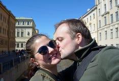 Πορτρέτο του ευτυχούς ζεύγους στις οδούς της Αγία Πετρούπολης Στοκ Φωτογραφίες