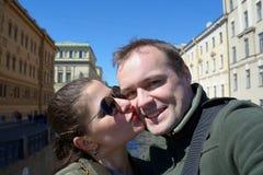 Πορτρέτο του ευτυχούς ζεύγους στις οδούς της Αγία Πετρούπολης Στοκ φωτογραφίες με δικαίωμα ελεύθερης χρήσης