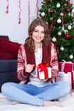 Πορτρέτο του ευτυχούς κιβωτίου δώρων Χριστουγέννων ανοίγματος γυναικών διακοσμημένος Στοκ Εικόνες
