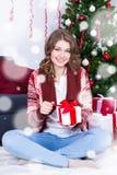 Πορτρέτο του ευτυχούς κιβωτίου δώρων Χριστουγέννων ανοίγματος γυναικών διακοσμημένος Στοκ Εικόνα