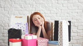 Πορτρέτο του ευτυχούς κοκκινομάλλους κοριτσιού που αγκαλιάζει ένα κιβώτιο των δώρων απόθεμα βίντεο