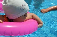 Πορτρέτο του ευτυχούς λευκού καυκάσιου μικρού παιδιού κοριτσάκι παιδιών στην πισίνα υπαίθρια Προσχολικό αγόρι που εκπαιδεύει να ε στοκ φωτογραφίες