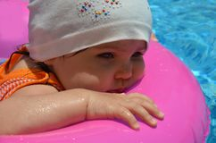 Πορτρέτο του ευτυχούς λευκού καυκάσιου μικρού παιδιού κοριτσάκι παιδιών στην πισίνα υπαίθρια Προσχολικό αγόρι που εκπαιδεύει να ε στοκ εικόνες με δικαίωμα ελεύθερης χρήσης