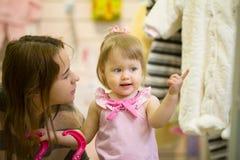 Πορτρέτο του ευτυχούς μικρού κοριτσιού μεταξύ των παιχνιδιών στο κατάστημα παιδιών Στοκ φωτογραφία με δικαίωμα ελεύθερης χρήσης