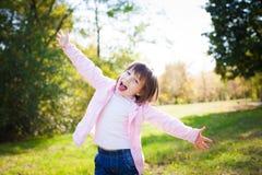 Πορτρέτο του ευτυχούς μικρού κοριτσιού που χαλαρώνει και που απολαμβάνει τη ζωή σε εθνικό Στοκ φωτογραφίες με δικαίωμα ελεύθερης χρήσης
