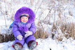 Πορτρέτο του ευτυχούς μικρού κοριτσιού στο χιονώδες τοπίο Στοκ Εικόνα