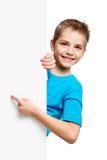Πορτρέτο του ευτυχούς μικρού παιδιού με το άσπρο κενό Στοκ Φωτογραφία