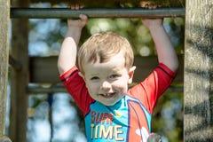 Πορτρέτο του ευτυχούς μικρού παιδιού Στοκ φωτογραφία με δικαίωμα ελεύθερης χρήσης