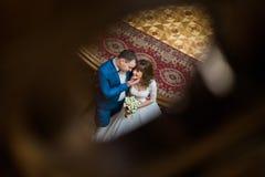Πορτρέτο του ευτυχούς μόνιμου αγκαλιάσματος ζευγών αγάπης στα σκαλοπάτια στο παλαιό εκλεκτής ποιότητας σπίτι κορυφαία όψη Στοκ Φωτογραφία