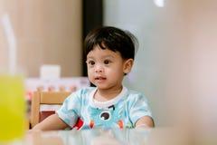 Πορτρέτο του ευτυχούς νέου αγοράκι στην υψηλή έδρα Συνεδρίαση παιδιών στον κενό πίνακα Έννοια διατροφής μωρών Σχέδιο διαφημίσεων  στοκ φωτογραφία με δικαίωμα ελεύθερης χρήσης