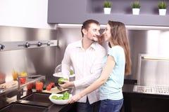 Πορτρέτο του ευτυχούς νέου μαγειρέματος ζευγών μαζί στην κουζίνα Στοκ εικόνες με δικαίωμα ελεύθερης χρήσης