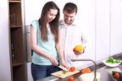 Πορτρέτο του ευτυχούς νέου μαγειρέματος ζευγών μαζί στην κουζίνα Στοκ φωτογραφία με δικαίωμα ελεύθερης χρήσης