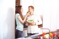 Πορτρέτο του ευτυχούς νέου μαγειρέματος ζευγών μαζί στην κουζίνα Στοκ εικόνα με δικαίωμα ελεύθερης χρήσης