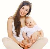 Πορτρέτο του ευτυχούς νέου mom με το χαριτωμένο μωρό Στοκ Φωτογραφία
