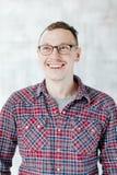 Πορτρέτο του ευτυχούς νεαρού άνδρα που απομονώνεται πέρα από το άσπρο υπόβαθρο Στοκ Εικόνες