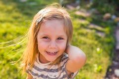 Πορτρέτο του ευτυχούς παιχνιδιού κοριτσιών παιδιών το καλοκαίρι στη φύση στοκ φωτογραφία με δικαίωμα ελεύθερης χρήσης