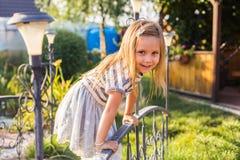 Πορτρέτο του ευτυχούς παιχνιδιού κοριτσιών παιδιών το καλοκαίρι στη φύση στοκ εικόνες με δικαίωμα ελεύθερης χρήσης