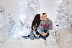 Πορτρέτο του ευτυχούς παντρεμένου ζευγαριού στα Χριστούγεννα στοκ εικόνες