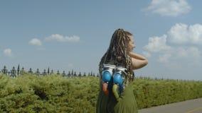 Πορτρέτο του ευτυχούς περπατήματος γυναικών με τις λεπίδες κυλίνδρων απόθεμα βίντεο