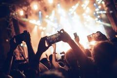 Πορτρέτο του ευτυχούς πλήθους που απολαμβάνει στο φεστιβάλ μουσικής Στοκ Φωτογραφίες