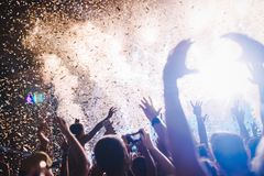 Πορτρέτο του ευτυχούς πλήθους που απολαμβάνει στο φεστιβάλ μουσικής Στοκ εικόνες με δικαίωμα ελεύθερης χρήσης