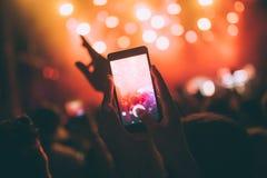 Πορτρέτο του ευτυχούς πλήθους που απολαμβάνει στο φεστιβάλ μουσικής Στοκ Εικόνα