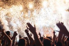 Πορτρέτο του ευτυχούς πλήθους που απολαμβάνει στο φεστιβάλ μουσικής Στοκ φωτογραφία με δικαίωμα ελεύθερης χρήσης