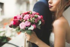 Πορτρέτο του ευτυχούς πρόσφατα γαμήλιου ζεύγους με την ανθοδέσμη Στοκ Εικόνα