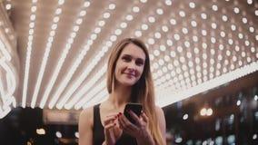 Πορτρέτο του ευτυχούς χαλαρωμένου όμορφου θηλυκού τουρίστα που εξετάζει τη κάμερα στο καταπληκτικό θέατρο του Σικάγου με το χαμόγ απόθεμα βίντεο