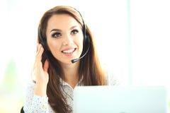 Πορτρέτο του ευτυχούς χαμογελώντας θηλυκού τηλεφωνικού χειριστή υποστήριξης πελατών στον εργασιακό χώρο Στοκ φωτογραφία με δικαίωμα ελεύθερης χρήσης