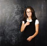 Πορτρέτο του ευτυχούς χαριτωμένου σπουδαστή στην τάξη στον πίνακα πίσω τ Στοκ Εικόνα