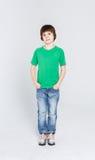 Πορτρέτο του ευτυχούς χαρούμενου όμορφου μικρού παιδιού στο άσπρο υπόβαθρο Στοκ εικόνες με δικαίωμα ελεύθερης χρήσης