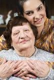 Πορτρέτο του ευτυχούς grandma με την εγγονή της στοκ εικόνα