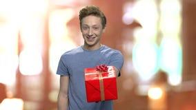 Πορτρέτο του εφήβου που προσφέρει το κιβώτιο δώρων απόθεμα βίντεο