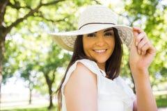 Πορτρέτο του εύθυμου καπέλου ήλιων εκμετάλλευσης γυναικών στοκ φωτογραφία με δικαίωμα ελεύθερης χρήσης