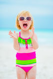 Πορτρέτο του εύθυμου κοριτσάκι στα γυαλιά ηλίου Στοκ Φωτογραφίες