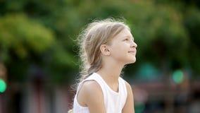 πορτρέτο του εύθυμου κοριτσιού με μακρυμάλλη απόθεμα βίντεο