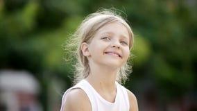 πορτρέτο του εύθυμου κοριτσιού με μακρυμάλλη φιλμ μικρού μήκους