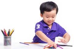 Πορτρέτο του εύθυμου σχεδίου αγοριών με τα ζωηρόχρωμα μολύβια Στοκ φωτογραφία με δικαίωμα ελεύθερης χρήσης