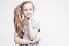 Πορτρέτο του εύθυμου χαμογελώντας καυκάσιου θηλυκού ξανθού παιδιού Στοκ Εικόνα