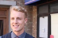 Πορτρέτο του ελκυστικού επιχειρηματία στο αστικό υπόβαθρο/της κινηματογράφησης σε πρώτο πλάνο του νέου ενδιαφέροντος επιχειρηματί Στοκ Εικόνες