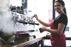 Πορτρέτο του ελκυστικού θηλυκού barista που λειτουργεί στην καφετέρια στοκ φωτογραφία