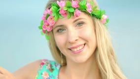 Πορτρέτο του ελκυστικού κοριτσιού με το στεφάνι λουλουδιών στο κεφάλι της όμορφο στεφάνι γυναικών λ&omi απόθεμα βίντεο