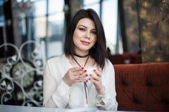 Πορτρέτο του ελκυστικού νέου ενιαίου θηλυκού brunette που έχει thoug Στοκ Φωτογραφίες
