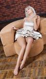Πορτρέτο του ελκυστικού νέου κοριτσιού στον καναπέ στοκ φωτογραφία με δικαίωμα ελεύθερης χρήσης