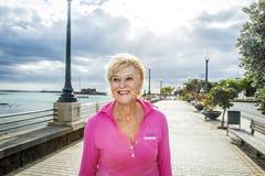 Πορτρέτο του ελκυστικού περπατήματος τουριστών κατά μήκος του περιπάτου Στοκ Εικόνες