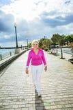 Πορτρέτο του ελκυστικού περπατήματος τουριστών κατά μήκος του περιπάτου Στοκ φωτογραφία με δικαίωμα ελεύθερης χρήσης
