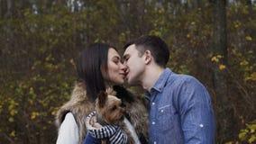 Πορτρέτο του ζεύγους ερωτευμένο με το σκυλί κατοικίδιων ζώων τους δασικό 4K φιλμ μικρού μήκους