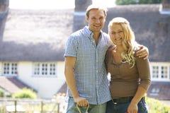 Πορτρέτο του ζεύγους που εργάζεται στον κήπο από κοινού Στοκ φωτογραφία με δικαίωμα ελεύθερης χρήσης